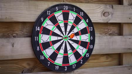 okçuluk : Person playing darts outdoors, enjoying hobby, fun activity. Entertaining game Stok Video