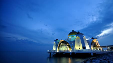 минарет : The sun sets over The Selat Melaka Mosque on September 21, 2009 at Malacca, Malaysia.