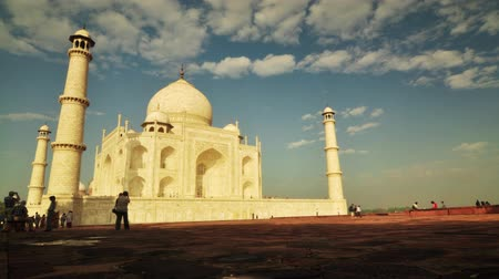 невероятный : Timelapse of tourist activity inside Taj Mahal in Agra, India. 4k footage video.