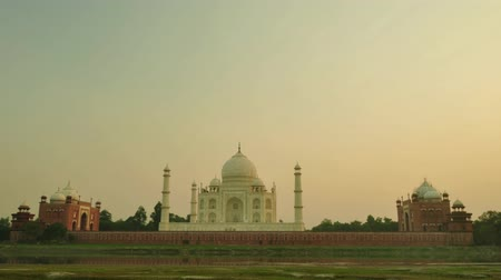 памятники : Taj Mahal Agra India timelapse sunset. 4k footage video. Стоковые видеозаписи