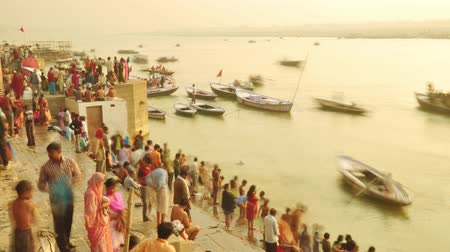 hacı : Time lapse Indian pilgrims rowing boat in sunrise, Ganges river at Varanasi, India. 4k footage video. Stok Video