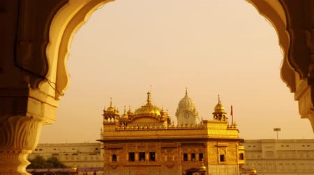 marmer : Amritsar Golden Temple - India. Omlijst met ramen van westkant. focus op tempel. 4k beeldvideo. Stockvideo