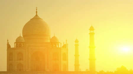 mausoléu : Sunset view of Taj Mahal, Agra, Uttar Pradesh, India. 4k footage video panning or zoom. Vídeos