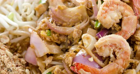 boon : Thais eten roerbak Pad Thai noodles met garnalen, 4k footage video.