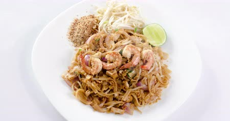 типичный : Thai food stir fry Pad Thai noodles with shrimp, 4k footage video.