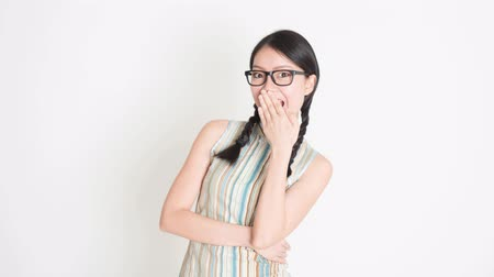 imagem : Seamless animated image of Asian Chinese woman with different expression, shouting loud, pointing, smiling on plain background.