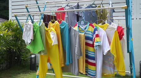 беление : Clothes hanging on a clothesline under hot sun, footage video.