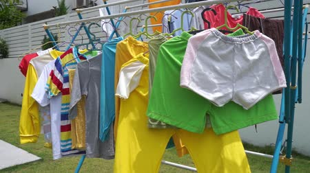 branqueamento : Clothes drying on the clothesline outside on a sunny day, footage video. Stock Footage