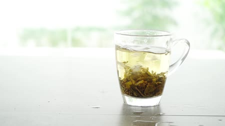 yasemin : Ice cube adding into Jasmine tea glass, slow motion footage video. Stok Video