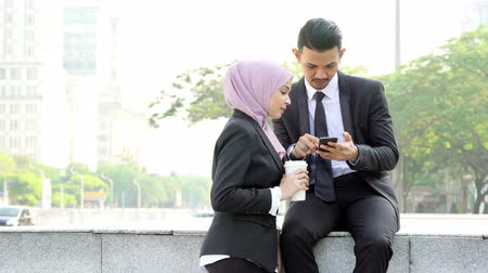 malaya : Business people using smartphone outside office. Stok Video