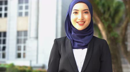muslim leader : Beautiful Muslim business woman smiling. Stock Footage