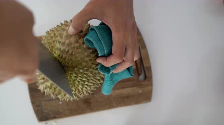 soyulması : How to peel durian, king of fruit. Stok Video