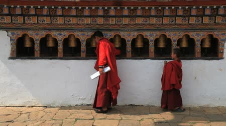 szerzetes : Buddhist monk in bhutan and the praying wheels Stock mozgókép