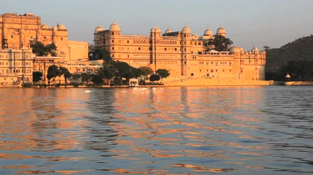 saray : View of The City Palace in Udaipur from a boat in Lake Pichola Stok Video