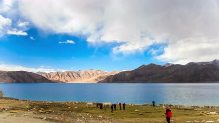 göl : Time lapse of the clouds at Pangong Lake in India