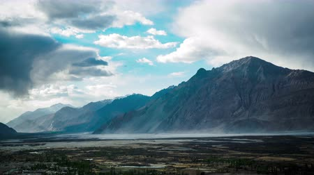 vallei : Sand Storm op Nubra Vallei in Leh India Time lapse