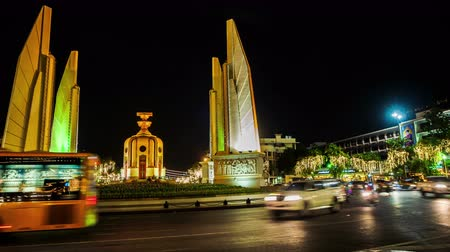 anıt : Traffic at democracy monument in bangkok at night