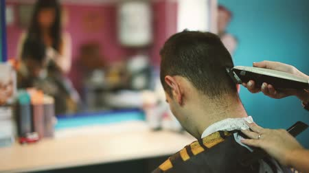 corte de cabelo : Barber cuts the hair of the client with clipper. Vídeos
