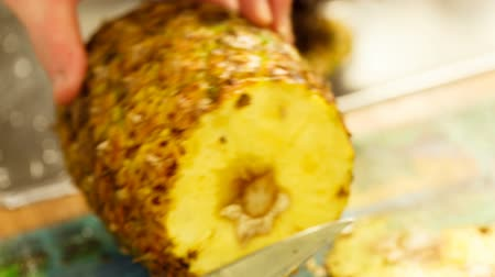 ananas : Man tagliare l'ananas in cucina. Video Full HD.