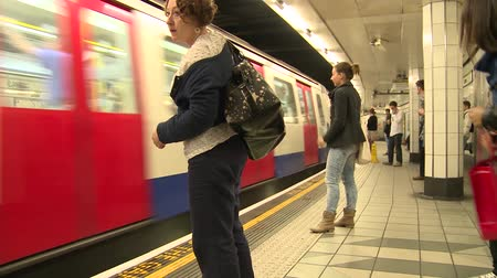 subterraneo : Estación de Metro de Londres POV Archivo de Video