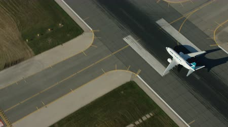 взятие : The camera passes over then follows a West Jet B737 taking off from Toronto Стоковые видеозаписи