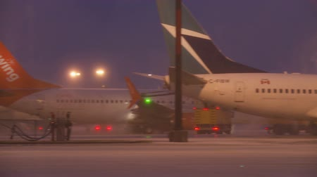 piloto : A West Jet Boeing 737 has Ice removed from its flight surfaces in Toronto