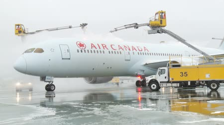 ranvej : An Air Canada Boeing 777 receives deicing treatment prior to departure Dostupné videozáznamy