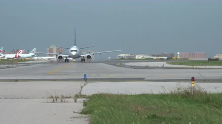 asfalt : A WestJet Boeing 737 prepares for takoff Wideo
