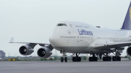 ranvej : Toronto, OntarioCanada - June 2018 - A Lufthansa B747 turns from the taxiway to approach the gate at YYZ