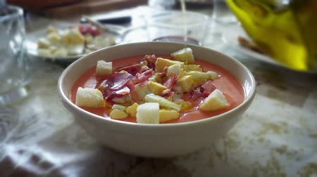 grzanki : spreading olive oil on salmorejo cordobes, a typical spanish tomato soup Wideo