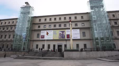 культурный : Madrid, Spain, January 2019: Main entrance to Reina Sofia National Museum Стоковые видеозаписи