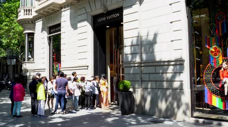 kolejka : Barcelona, Spain. March 2018: People queuing up in front of Louis Vuitton store
