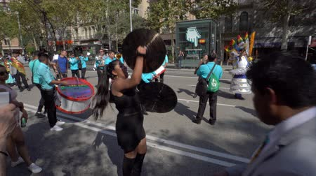 andy : Barcelona, Spain. 12 October 2019: Bolivian Moreno dancers during Dia de la Hispanidad in Barcelona. Dostupné videozáznamy