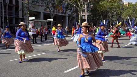 Анды : Barcelona, Spain. 12 October 2019: Bolivian Moreno dancers during Dia de la Hispanidad in Barcelona. Стоковые видеозаписи