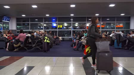 чемодан : Passengers sitting in terminal 4 at the John F. Kennedy International Airport or JFK Стоковые видеозаписи