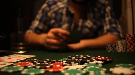 покер : Poker players wins and takes the money