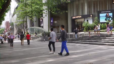 fachada : Tourists visit ION Orchard in Orchard Road Singapore