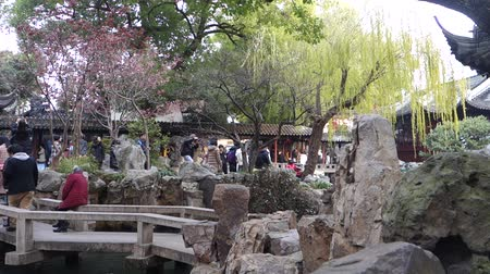 repousante : SHANGHAI, CHINA- JAN 10, 2018: Tourists visit Yu Yuan (Yu Garden) in Shanghai, China. Yu Garden is a tranquil traditional Chinese architectural scene; amid landscaped trees, rockery, pond and bush.