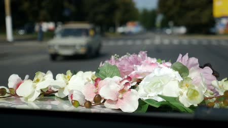 excesso de velocidade : wedding driving on city road