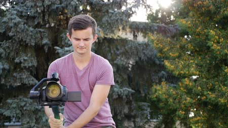 стабильность : filmmaker takes video with DSLR Camera on the Gimbal