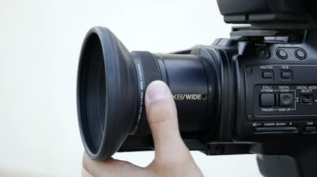 kaydetmek : filmmaker takes video with professional tv camera Stok Video