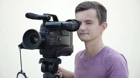 mirror less camera : filmmaker takes video with professional tv camera Stock Footage