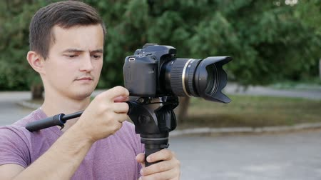 стабильность : filmmaker takes video with DSLR Camera Стоковые видеозаписи