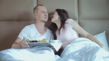 probudit se : Romantic Breakfast. Husband Brings His Young Wife Breakfast In Bed.