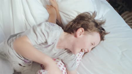pizsama : Excited Kids Jumps On Bed. Parents are happy with the children. Happy Children In The Morning.