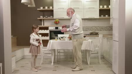 stary : Little Girl With Her Grandfather Have Fun And Dancing In The Kitchen. Wideo