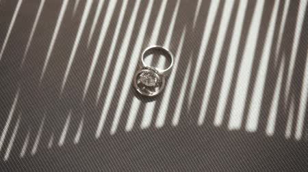 juntar : Shot Of Two Wedding Rings At The Grey Background. Composition Of Two Wedding Rings At The Table.