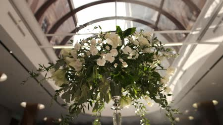 příbory : Wedding Decorations With Flowers In The Restaurant Hall. Beautiful Served Wedding Tables. Beautiful Hall For Ceremonies And Weddings. Interior Of A Wedding Hall Decoration. Dostupné videozáznamy