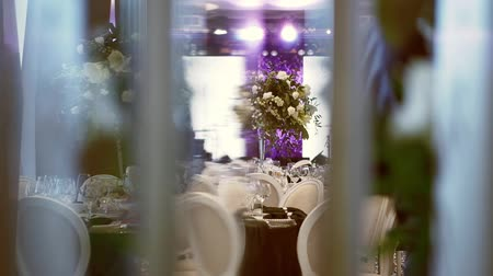 şarap kadehi : Wedding Decorations With Flowers In The Restaurant Hall. Beautiful Served Wedding Tables. Beautiful Hall For Ceremonies And Weddings. Interior Of A Wedding Hall Decoration. Stok Video