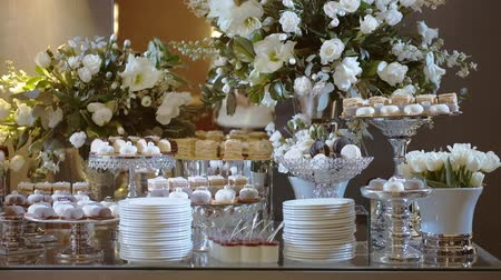 acıbadem kurabiyesi : Candy Bar In The Banquet Hall. Candy Buffet. Many Kind of Dessert. Cupcakes On The Table. Closeup And Rotate. Stok Video